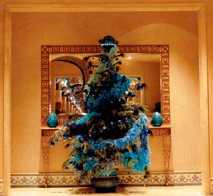 Arbre de noël pour l'hôtel Méridien N'fis de Marrakech, confectionné avec des guirlandes de boa, plumes de paon et gouttes de cristal...