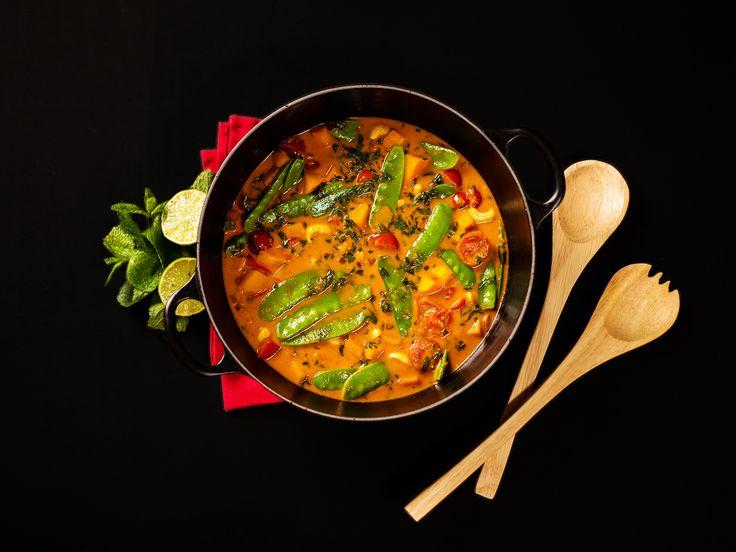 Dieses vegane Süßkartoffel-Curry ist eine wahre Geschmacksexplosion und sehr einfach herzustellen. Für mich das perfekte Abendessen nach einem langen Tag.