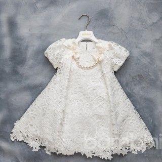 Βαπτιστικό φόρεμα για κορίτσια Dolce Bambini 1042-1. Αποτελείται από δαντέλα σε ιβουάρ χρώμα και διακοσμητικές πέρλες. Συνοδεύεται από ασορτί κορδέλα ή πλεκτό καπέλο.