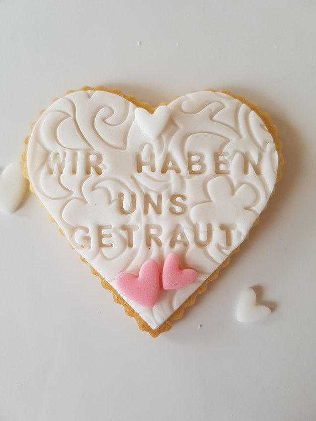 "Individualisierbares Gastgeschenk mit Datum und Namen für die Hochzeit, ""Wir haben uns getraut"" Keks / customizable wedding hospitality gift: cookie with date and names of bride and groom made by Monikas Kuchenwelt via DaWanda.com"