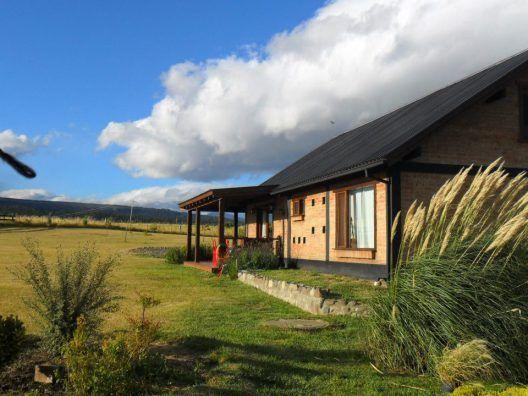 Fernanda y Pako son dos amantes de la naturaleza que intercambian su casa en la #Patagonia #argentina para viajar por todo el mundo. Viven rodeados de cascadas, montañas y lagos de un azul intenso. ¿Te animas a intercambiar con ellos?