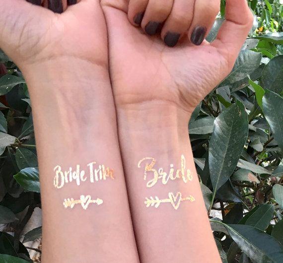 Notre or métallique « tribu de la mariée » bachelorette tatouages sont le complément parfait à votre trousse de survie ! Ils vont parfaitement avec nos faveurs de cravate de cheveux, et les filles vont les adorer !  Besoin dun pour la mariée ? Voici un lien ! https://www.Etsy.com/Listing/272755496/Bachelorette-Tattoo-bride-Tattoo-bride?Ref=shop_home_active_2  Découvrez nos fascinators bachelorette ! Nous avons des tonnes doptions dans la boutique ! https:/&#...
