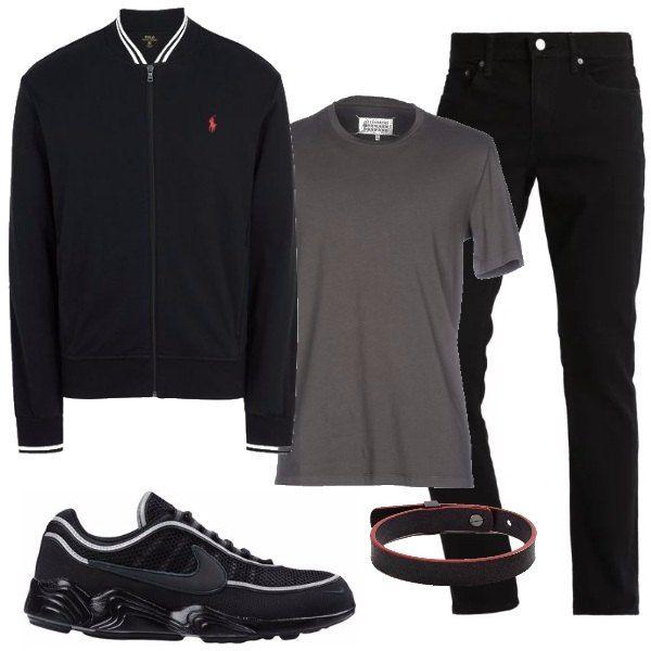 Felpa nera, dal design lineare, con colletto e polsini a righe e logo rosso, da portare sopra alla t-shirt in cotone grigio. Jeans neri, con vestibilità slim e sneakers in tono con suola con incisioni. Bracciali in pelle nera e rossa.