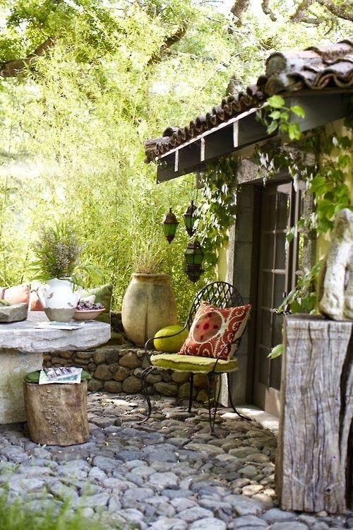Der Steinboden und die Natursteine zaubern einen perfekt auf das Gartenhaus…