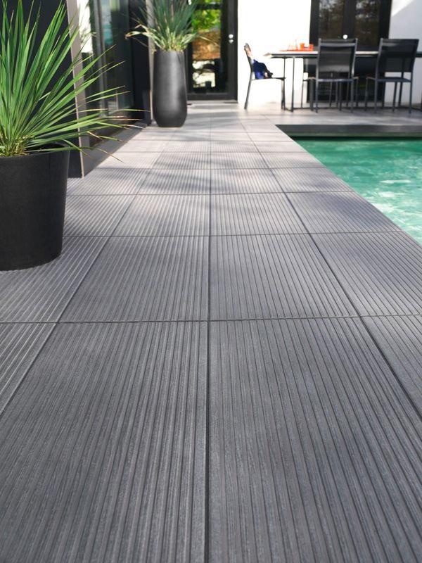Le carrelage COLOURS Loft anthracite sera parfait pour habiller votre terrasse ou le contour de votre piscine !