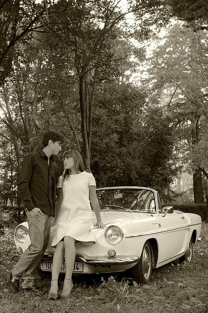 Installés depuis peu à Paris, Jane et Chris s'organisent dès qu'ils le peuvent pour s'échapper de la capitale. Prendre l'air et se perdre dans les forêts environnantes, est l'un de leur petits plaisirs préférés. Au volant de leur décapotable Renault Floride, ils parcourent les petites routes et agrémentent leurs périples de belles pauses...