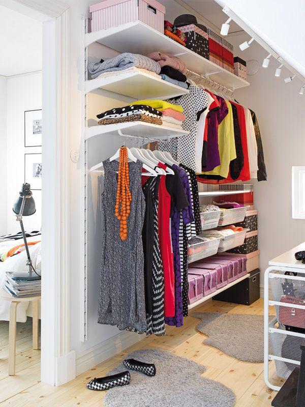 ¿Quieres un vestidor independiente, pero no sabes el espacio que necesitas? Toma nota: la ropa colgada precisa un fondo de unos 55 cm y para circular, se recomiendan unos 65 cm de paso. Aquí se instaló el sistema Algot, de Ikea, en 1,90 x 0,40 x 1,96 m (156,55 €). Entra en la  web de esta firma para ver más opciones.
