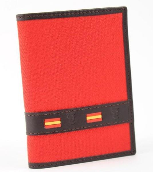 Cartera taurina 'Muleta-España' de la marca Trajes de luces. Hecha en España de piel y auténtica tela de muleta.Medidas:12 x 8,5 cm