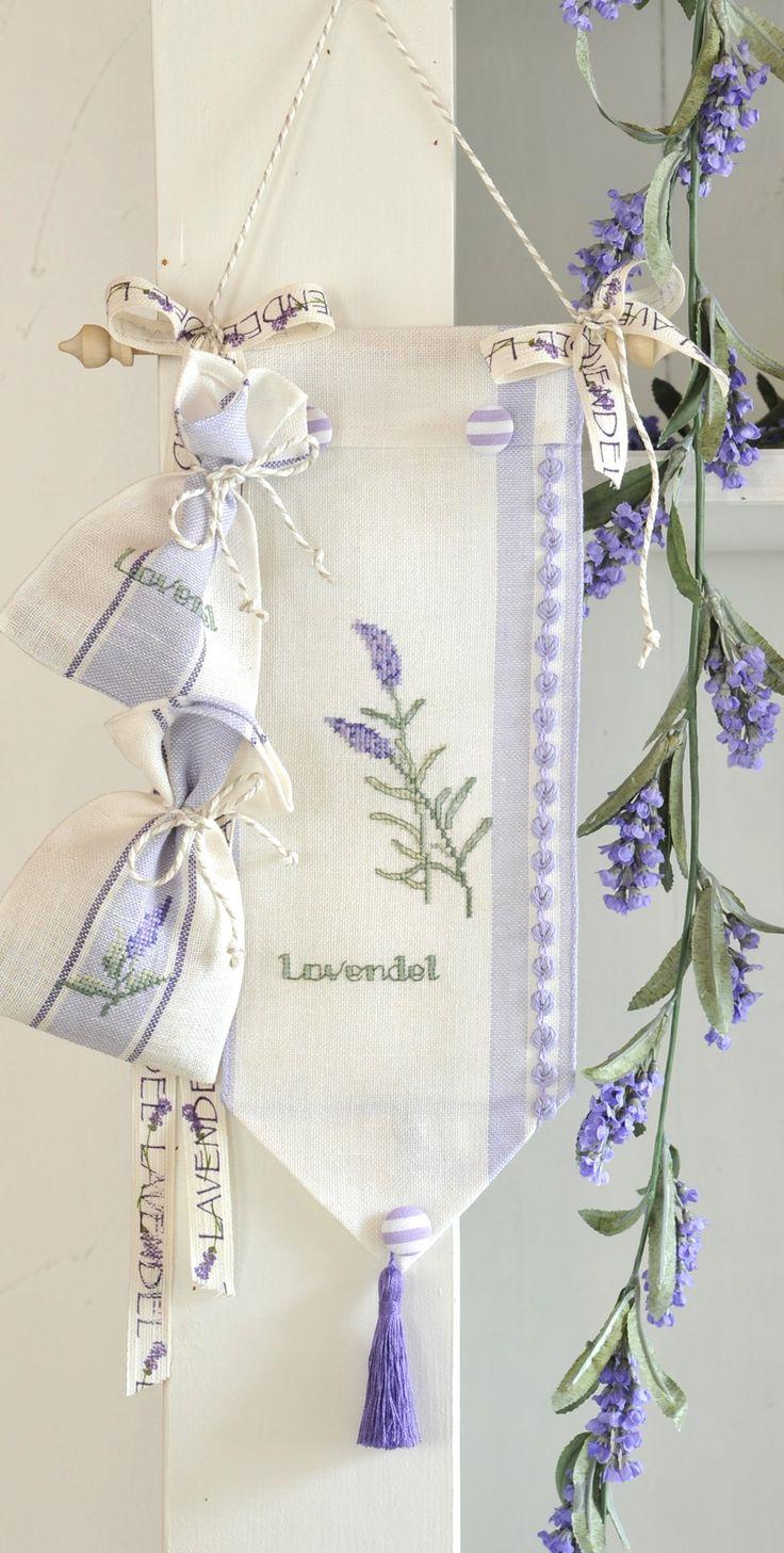 Behang mit Lavendel - Duftsäckchen Stickdesign: Gerlinde Gbert Shop: www.gebert-handarbeiten.de