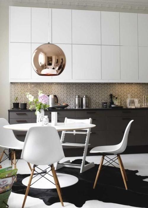 Style Moderne épurée pour la cuisine, et style scandinave pour le coin repas, mis en valeur par une suspension boule cuivrée, reprise d'un modèle des années 70 pour le coté retro vintage du style scandinave.