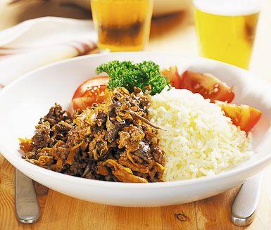 Enkel och snabblagad färs- och svamppanna, som är en himmelsk blandning av matig köttfärs, morötter och underbar svamp. Röran är ljuvlig tillsammans med ris och skivad tomat.