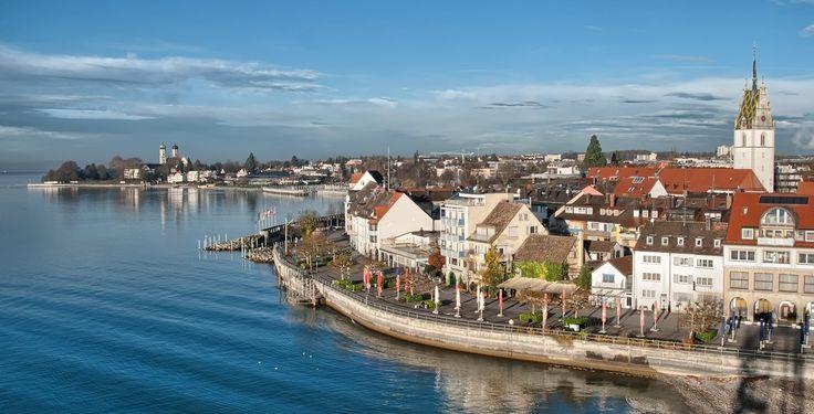 Friedrichshafen (Baden-Württemberg): Friedrichshafen ist eine Universitätsstadt am nördlichen Ufer des Bodensees. Sie ist die Kreisstadt des Bodenseekreises, zugleich dessen größte Stadt und nach Konstanz die zweitgrößte Stadt am Bodensee. Gemeinsam mit Ravensburg und Weingarten bildet Friedrichshafen eines von 14 Oberzentren (in Funktionsergänzung) in Baden-Württemberg. Seit April 1956 ist Friedrichshafen Große Kreisstadt, seit September 2011 außerdem Universitätsstadt.