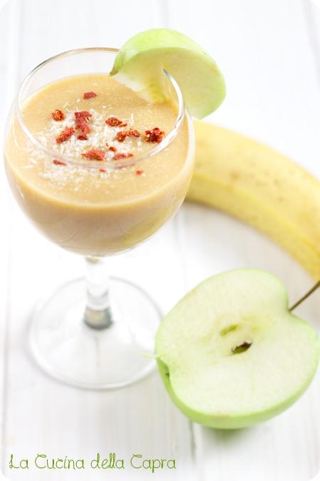 smoothie una banana una mela un cucchiaio di farina di cocco un cucchiaio di bacche di goji secche succo di mezzo limone un cucchiaio di mandorle acqua qb  Procedimento: frullate tutti gli ingredienti aggiungendo acqua fino a raggiungere una consistenza un po' più liquida di un puré, e consumate subito