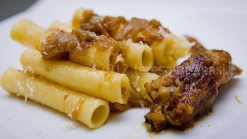 """Genovese napoletana, ricetta tradizionale,ricetta ragù alla genovese, ricette napoletane, sugo alla genovese, ziti alla genovese Origine del nome a parte, la Genovese napoletana, ricetta tradizionale, è un piatto particolarissimo e squisito, praticamente sconosciuto al di fuori della Campania. Ma che vale la pena, almeno una volta, di provare a fare. Del resto, non è difficile. Occorrono: 2 Kg di cipolle dorate, non rosse e non bianche ma """"dorate"""". Magari, di Montoro. 1 Kg di carne di manzo…"""