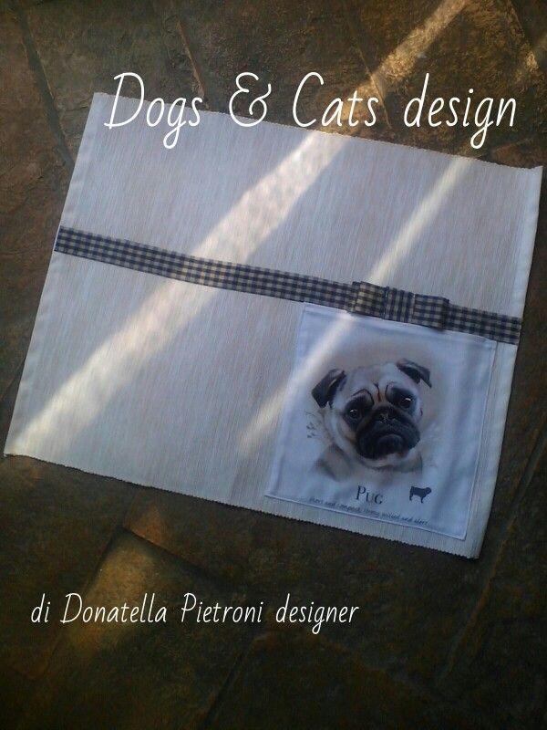 1415 - Tovaglietta in cotone ecrú con tasca con cane. Pezzo unico. Dogs & Cats design di Donatella Pietroni designer