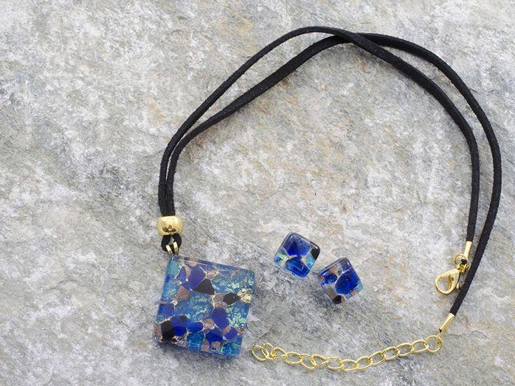 Parure in vetro di Murano con pendente a rombo ed orecchini.   Sfumature azzurre e verde acqua con inserti neri e blu. .  Laccio in cotone nero.  La sua bellezza e semplicità, allo stesso tempo, rendono questa parure ideale per cene eleganti.