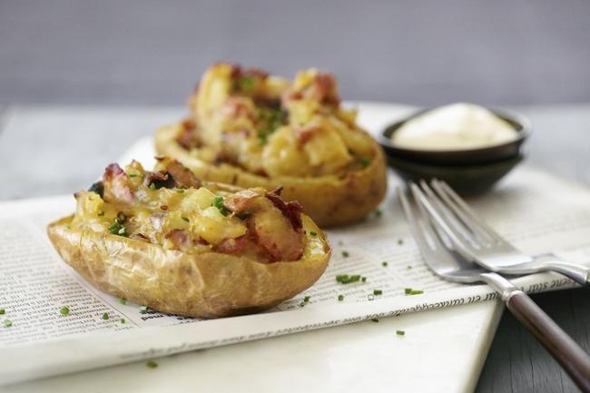 Twice baked potatoes - Vanlig innslag på steak house-menyer – et måltid i seg selv, men også perfekt til biff.