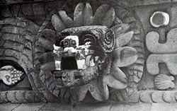 Templo de Quetzalcoatl. Teotihuacán. Cabeza de Quetzalcóatl, que entre los símbolos de Tláloc decoran los tableros del Templo. (Según José Pijoán)