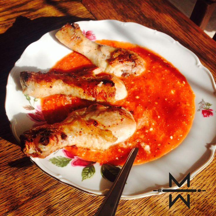 Een heerlijke recept voor een homemade tomatensoep! Overgiet de tomaten kort met kokend water en laat ze vervolgens met koud water schrikken. Lees meer..