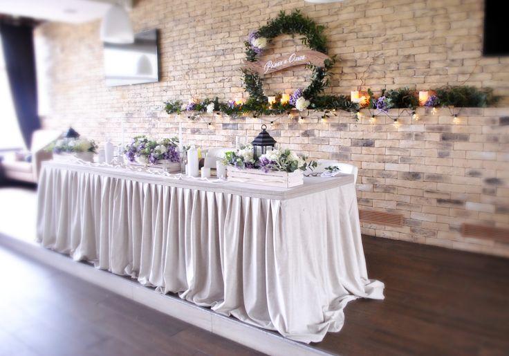 Вот так просто можно оформить кирпичную стену на свадьбе. В данном декоре ушло всего 10 банчей зелени, декоративные цветы, одна ретрогирлянда и электронные свечи. Минимум затрат и максимально красивый результат. Свадьба в стиле Рустик. оформление президиума с использованием венка из зелени в кафе Прайм в Минске от студии свадебного декора #IKRAdecor. Wedding table decoration