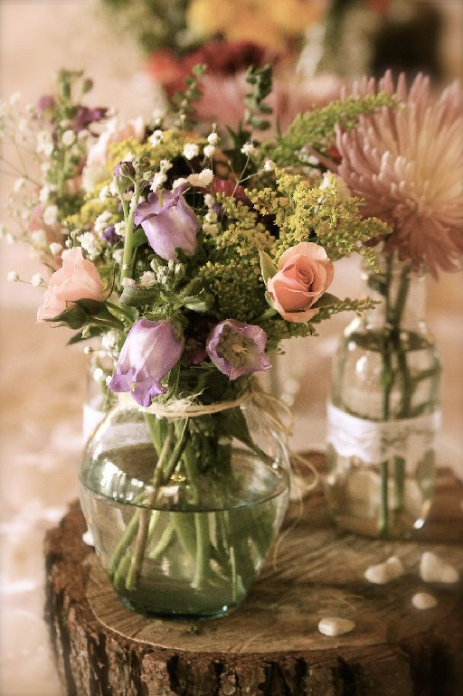 Rustic table décor. Flowers in a glass vase on top of wood slices. #ColombianWedding #Bogotá #CdPWeddingPhotography