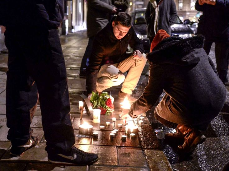 A Stockholm en Suède, des bougies sont posées devant l'ambassade en mémoire des victimes.