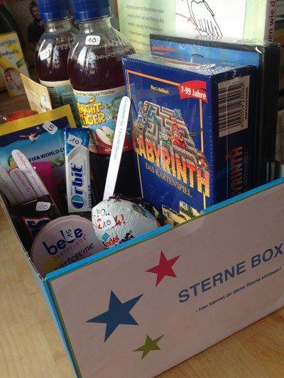 """Ein Schuhkarton dient als """"Prämienbox"""" für Kinder"""