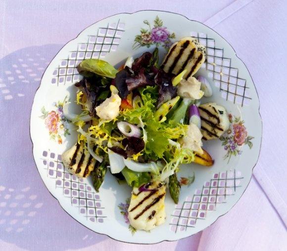 Halloumi med sallad på grillad sparris, nektariner och färsklök samt vitlöksdressing | Recept.se