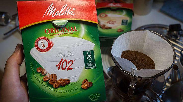 Erfindung des Kaffeefilters-in Vorname wurde zu einem weltweit bekannten Markenname – 1908 entwickelte Melitta Bentz den Kaffeefilter. Die Hausfrau störte enorm, dass der unbekömmliche Kaffesatz ständig zwischen den Zähnen hängen blieb und einen bitteren Nachgeschmack im Mund hinterließ. Obwohl dies der Beliebtheit des Heißgetränks keinen Abbruch getan hatte, wollte Melitta Bentz den Kaffeegenuss perfektionieren. Ihr Geistesblitz: Löschpapier war die einfache Lösung. Mit Hilfe einer…