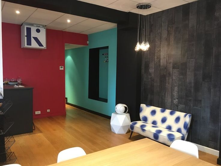Dans les bureaux du fonds d'investissement Korelya de Fleur Pellerin, par l'architecte Olivier Perrette-Mauborgne. Ici le papier peint PHM 35 imitation bois noir de NLXL