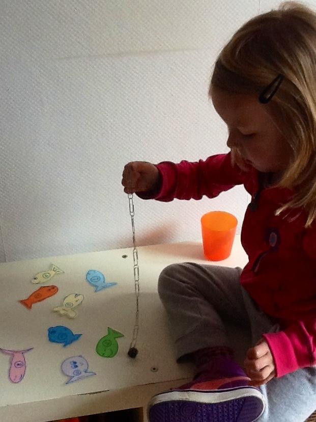 Geplastificeerde visjes met een nietje erin en een cijfer erop. Hengel van paperclips met twee magneetjes. Vissen maar en meteen de cijfers oefenen :-)