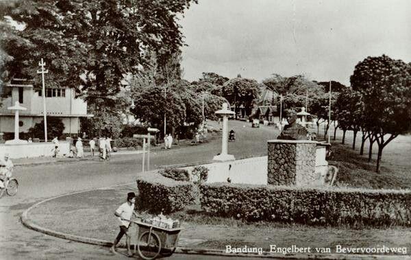 Fotoprentkaart van de Engelbert van Bevervoordeweg te Bandoeng. 1930