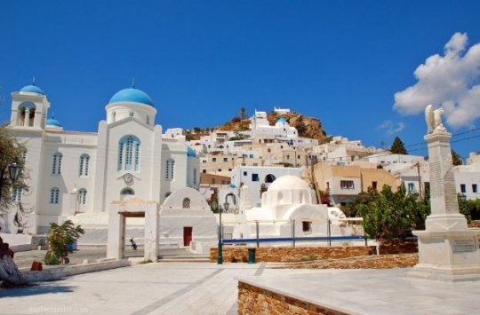 "VISIT GREECE| Ios island. As pretty as a picture, Hóra lies very close to the harbour in Ormos and greets the travellers! Snow-white little houses, picturesque arcade-covered alleys (""stiyádia""), the twelve windmills, churches with arched belfries and light blue domes create a unique residential area. #Ios #Cyclades #Greece"