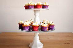 prato branco de cupcakes vermelhos e roxos feito com disco de vinil.