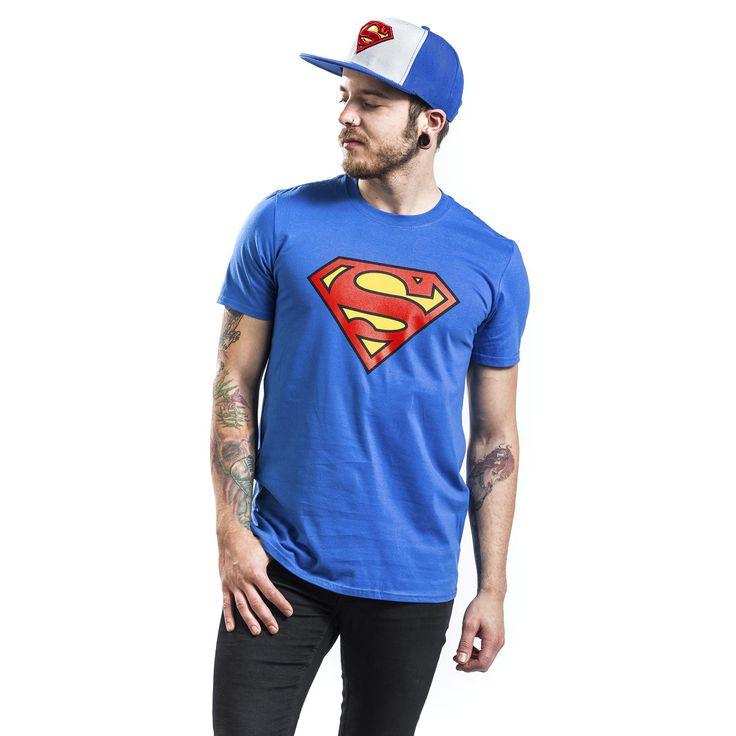 """Classica T-Shirt uomo azzurra """"Logo"""" dedicata a #Superman con logo del supereroe stampato in giallo e rosso sulla parte frontale."""