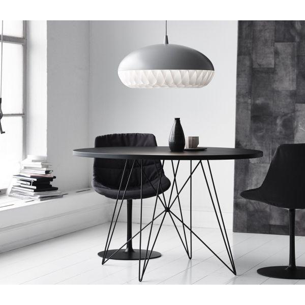 Sobriété graphique et moderne pour cette table Tavolo XZ3 de MAGIS, en version ronde noire, parfaite dans une déco contemporaine ou high-tech! http://www.zendart-design.fr/tables-a-manger-interieur-design/table-design-magis-tavolo-xz3-plateau-rond.html