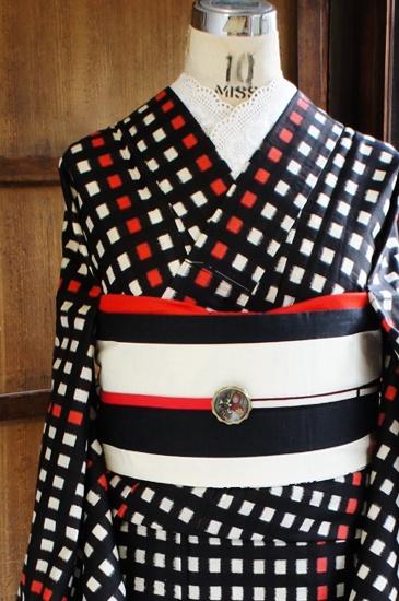 白と黒のチェックに赤のストライプがアクセントになった銘仙の単着物です。