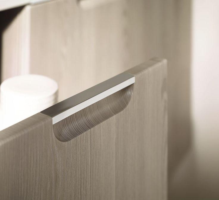 Eingefräste Nischen mit Metallleiste sparen Platz und sind gerade bei Holzfronten eine tolle Lösung für den Unterschrank im Bad. Mehr Lösungen findest du bei www.wohn-dir-was.de  Bildmaterial: (c) Burgbad
