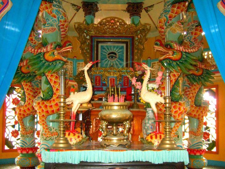 Burası  My Tho kasabasındaki Cao Dai Tapınağı. Tay Nihn'de yer alan ana tapınak kadar büyük olmasa da, tasarımı ve ziyaretçileriyle hala çok renkli ve görülmeye değer. 1926 yılında kurulan Cao Dao dininin 2 ila 8 milyon arasında inananı olduğu sanılıyor. Cao Dao, Hristiyanlık, Budizm ve Konfiçyus inanışlarının bir karışımı. Dinin azizleri arasında Victor Hugo da var.