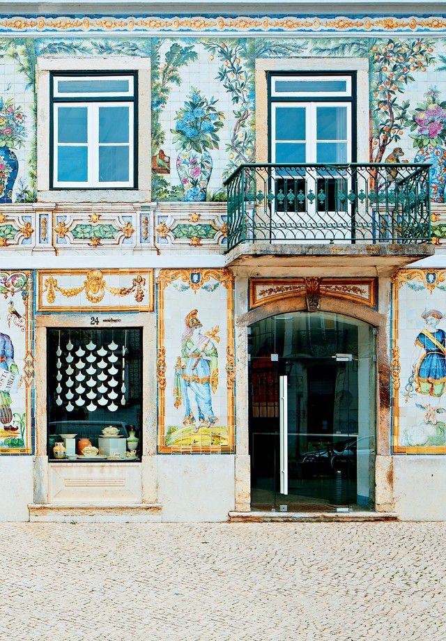 """#Lisboa ferve e é o destino da vez para amantes de gastronomia e design   Via Vogue Brasil   1/04/2017  """"Onde comer, o que fazer e comprar na cidade que é o hit da vez na Europa.""""  #Portugal"""