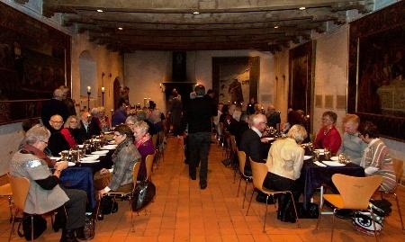 """Lad kokken fra Restaurant Teglværksskoven bespise dig som en konge i riddersalen på Nyborg Slot. """" Vi inviterer alle til at smage på Østfyns historie i riddersalen på Nyborg Slot."""" Lokale producenter leverer råvarerne og kokken Rasmus Kirk Henriksen fra Restaurant Teglværksskoven tilbereder smagfulde retter med et strejf af middelalder."""