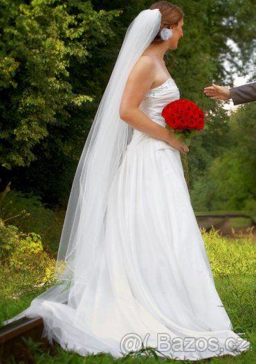 Bílé šněrovací svatební šaty s vlečkou bez ramínek - 1