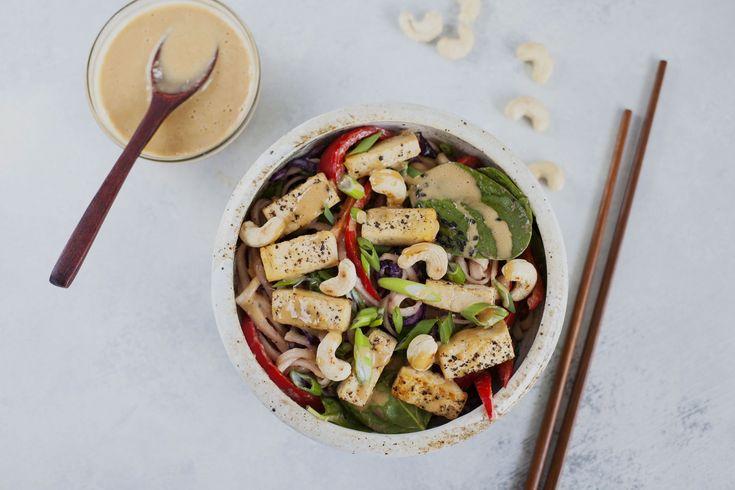 Nouilles style thaï, tofu mariné, sauce à l'arachide et noix de cajou rôties