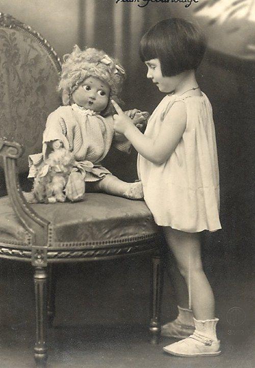 Множество винтажных кукол на старинных фотографиях