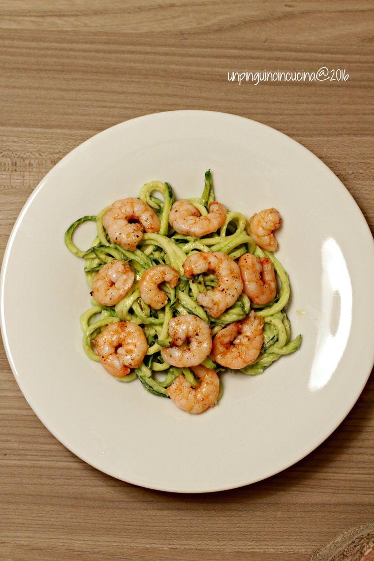 Noodles di zucchina con avocado e gamberi al lime | Un Pinguino in cucina