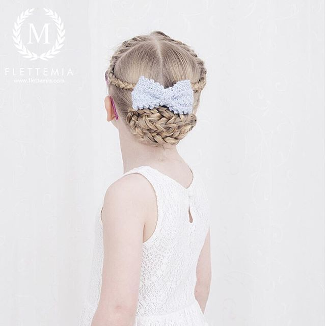 """Dagens frisyre: franske fletter krysset over i musefletter hvor jeg flettet runde firerfletter og festet i en knute ❄️ Pyntet med en hjemmestrikket sløyfe / Today's style: French braids cross-crossed into pigtails with round four strand braids pinned into a bun ❄️ Accessorised with a home made now I knitted "" Photo taken by @flettemia on Instagram, pinned via the InstaPin iOS App! http://www.instapinapp.com (01/13/2016)"