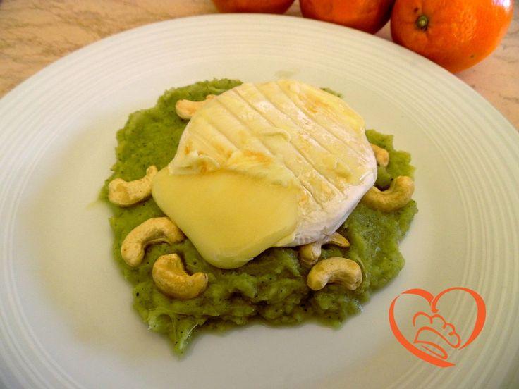 Tomino e anacardi su crema di broccoli http://www.cuocaperpassione.it/ricetta/83361f4c-9f72-6375-b10c-ff0000780917/Tomino_e_anacardi_su_crema_di_broccoli