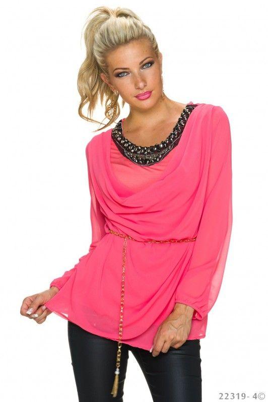 Roze blouse met opvallende halslijn