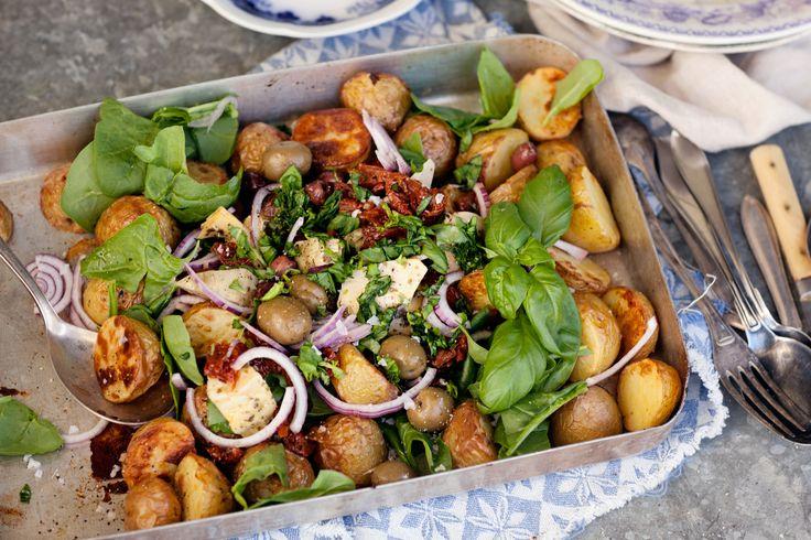 Kokt färskpotatis i all ära, men visste ni att färskpotatis är helt himmelsk att rosta? Här blandar vi med goda grönsaker och örter för en fantastisk sallad som också är perfekt till midsommar!
