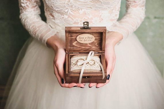 Hölzernen Ring Box - charmante Detail für einen perfekten Hochzeitstag. ♡ Nach der Verwendung als Ring-Inhaber, die Jute-Kissen sind abnehmbar und kann man eine Andenken-Box.  Lassen Sie uns wissen Sie, wie Sie im Feld zu personalisieren:  ✽ Farbe des Holzes: hell oder dunkel (schauen Sie sich bitte das letzte Bild)  ✽ Farbe des Bandes (auf den Bildern: cremig, aber du kannst jede beliebige Farbe)  ✽ Was können Sie Sie lieber in der Kiste: -zwei kleine Herzen: Ihre Initialen -Herz-Form: mit…